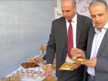 جانب من إشراف الناشر على تقديم الغذاء للمدعوين